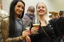 Přátelé pěnivého moku zcela zaplnili kulturní dům v Hodonicích. Ochutnat pětatřicet převážně doma vařených piv jich přišlo na pět stovek.