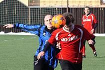 Rohatečtí fotbalisté remizovali na zimním turnaji v Dubňanech s Osvětimany 0:0. Na snímku o míč bojuje krajní obránce Slavoje Petr Dohnálek (vlevo) se záložníkem Jaroslavem Válkem.