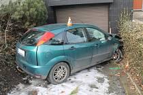 Řidič v cizím autě naboural do vrat rodinného domu ve Veselí nad Moravou.