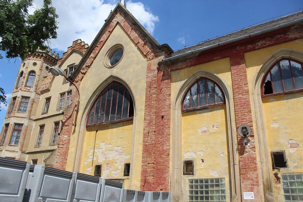 Stav zámeckých budov ve Bzenci v polovině července 2021.
