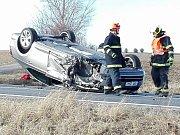 U Archlebova na Hodonínsku se v pátek srazila tři auta. Jedno z nich skončilo na střeše.
