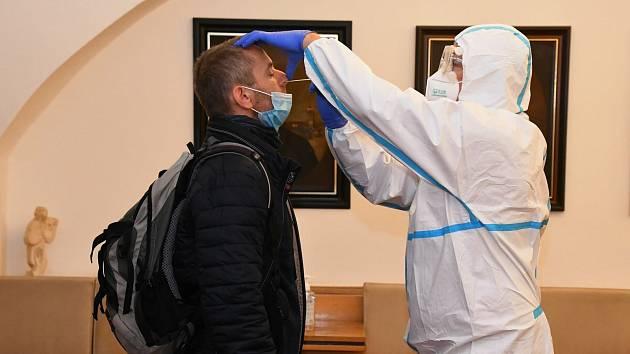 Antigenními testy na covid-19 si prošli pedagogové základních a středních škol v Kyjově.