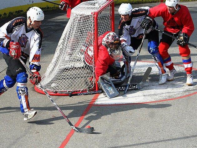 Hodonínský útočník Michal Tóth (u míčku) se snaží překonat brankáře Poličky.