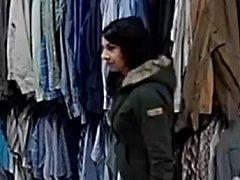 Policisté pátrají po zlodějce, kterou v obchodě zabraly kamery.