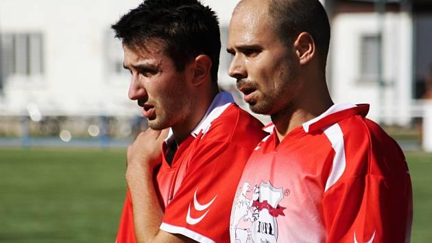 Obránce Tomáš Dulovecz (vpravo) nebude na utkání s Ivančicemi vzpomínat v dobrém. Protihráč mu totiž při utkání zlomil nohu.