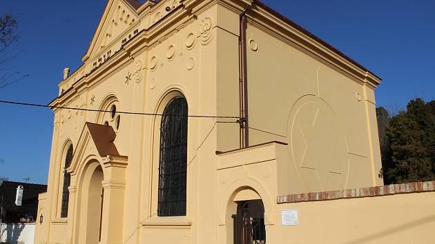 Obřadní síň ve Bzenci i s obnoveným hebrejským nápisem Dům věčnosti.