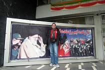 Hodonínský cestovatel vedle portrétu vůdce íránské islámské revoluce Ajatolláha Chomejního na zdi teheránského nádraží.