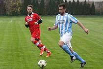 Fotbalisté Šardic budou ve finále okresního poháru spoléhat také na Tomáše Šprtu (v modro-bílém dresu), který v minulosti působil v Lovčicích.