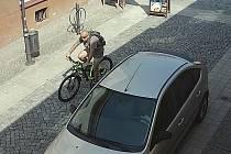 Muž jedoucí na kradeném kole Strážnicí.