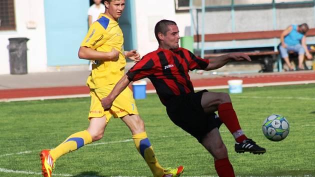 Hodonínský záložník Marián Švrček (v červeném) pomohl velmi dobrým výkonem svému týmu k důležitému vítězství nad Tasovicemi.
