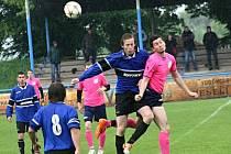 Vnorovští fotbalisté (v modrých dresech) doma zvládli duel s Kostelcem a v okresním přeboru Hodonínska přezimují na druhém místě.