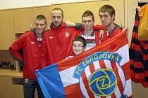 Dětský domov v Hodoníně navštívila čtveřice fotbalistů ligového Brna. Dvanáctiletý Pavel Gábor se vyfotil s Martinem Husárem (zleva), Martinem Doležalem, Milanem Halaškou a Luďkem Pernicou.
