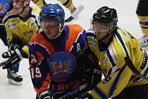 Zkušený útočník SHK Hodonín Zdeněk Jurásek (vlevo) se proti Trnavě neprosadil. Drtiči prohráli v předposledním přípravném zápase 2:5.