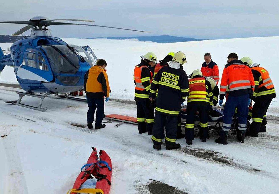 Nedaleko Žarošic na Hodonínsku se střetla dvě osobní auta. K nehodě letěl vrtulník záchranářů.