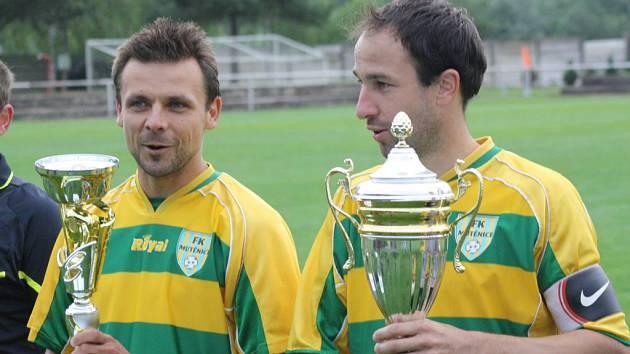 Kapitán Mutěnic Milan Válek (vlevo) s trofejí pro vítěže krajského fotbalového poháru.