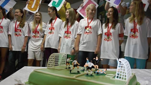 Fotbalisty Mutěnic dostalo od ředitelky základní školy dort ve tvaru fotbalového hřiště.