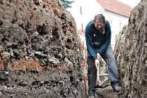 Při rekonstrukci strážnické Kostelní ulice našli archeologové hodonínského Masarykova muzea zemnici ze třináctého století.
