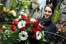 Květinářka Lucie Nádeníčková volí pro valentýské kytice jednoduché a vkusné doplňky, které nepůsobí zbytečně kýčovitě.