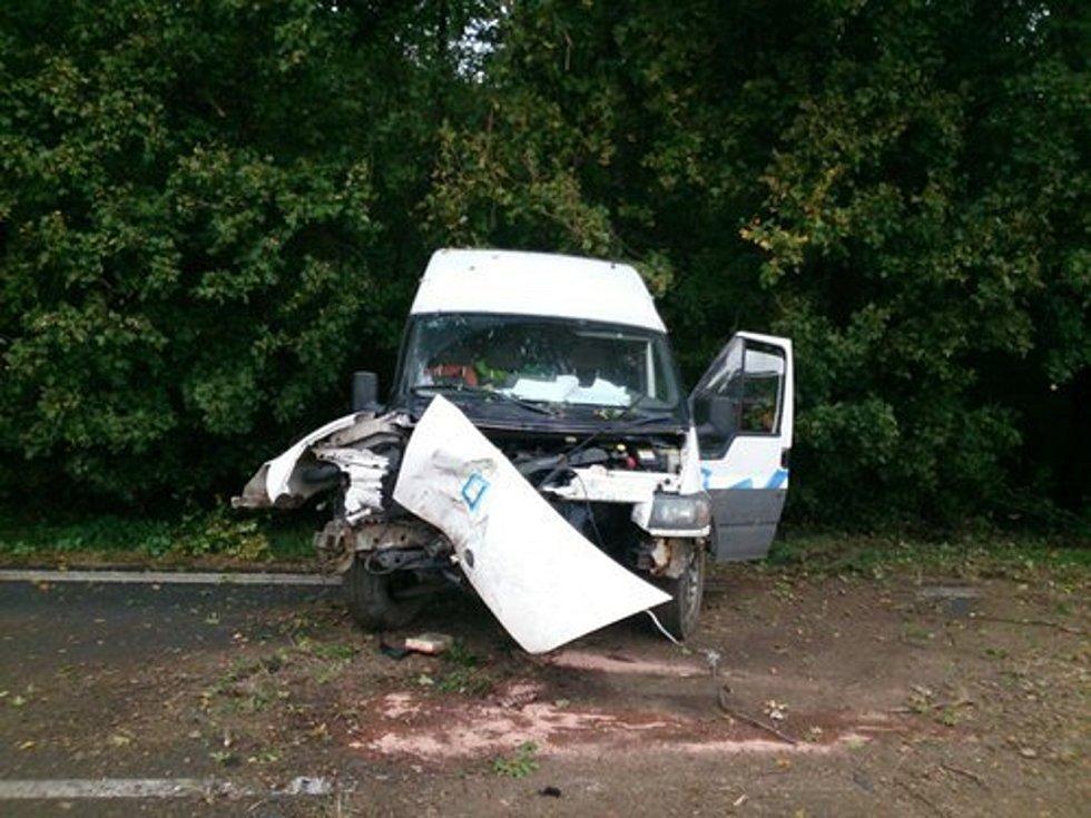 Na svahu kopce před Stražovicemi skončila částečně mimo silnici bílá dodávka. V osobním autě ve Bzenci se zranila matka a dvě malé děti.