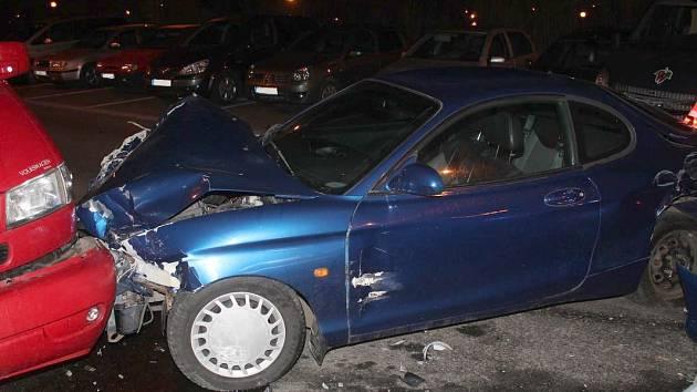 V hodonínské Brandlově ulici narazil řidič do šesti aut.