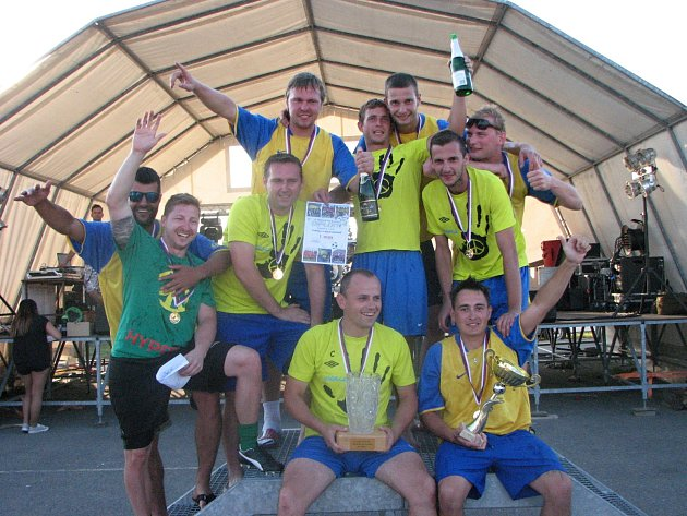 Jubilejní desátý ročník Memoriálu Páji Šrahůlka v Kozojídkách ovládli domácí Hyppíci, kteří ve finále porazili favorizované Půllitry 3:1.