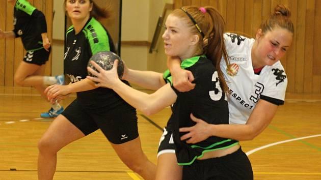 Házenkářky prvoligového Hodonína (v černých dresech) v sobotu ovládly domácí přípravný turnaj. Na snímku bojuje o míč spojka Simona Višňovská.