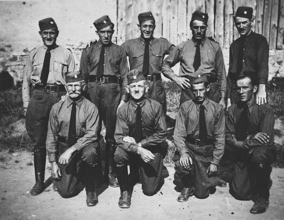 Členové německé sociální demokracie, bojovníci takzvané Republikanische Wehre. Tito muži stáli na hranicích a bránili Československo proti Hitlerovi spolu s dobrovolnými jednotkami Čechoslováků pod názvem Stráž obrany státu.