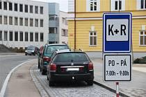 Nová dopravní značka K+R před kyjovským gymnáziem.
