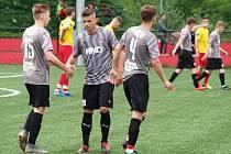 Hodonínští fotbalisté (na snímku v šedočerném) na začátku letošní sezony potvrzují roli jednoho z favoritů divizní soutěže.