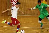 Česká futsalová reprezentace (v bílých dresech) do jednadvaceti let v hodonínské sportovní hale TEZA podlehla výtečně hrajícím Chorvatům 0:4 a 2:6.