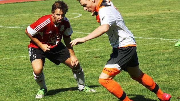 Fotbalisté Kyjova (v bílém) nezvládli domácí duel s Blatnicí, které ve 4. kole první A třídy skupiny B podlehli 1:5. Na výhře hostujícího týmu se třemi brankami podílel útočník Patrik Janík.