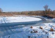 Středová linie řeky zamrzá naposled.