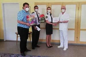 Finanční příspěvek byl slavnostně předán zástupci dobrovolných hasičů z Louky.