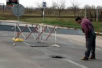 Zvědavci chodí díru v silnici okukovat. Z dálky vypadá nenápadně. Je pod ní ale přibližně třímetrová díra.