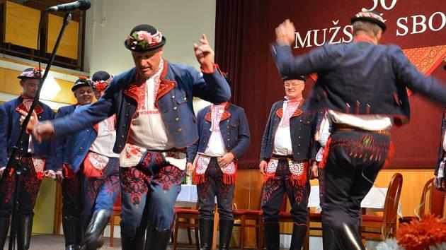 O sobotním večeru se všichni příznivci folklorních tradic a hlavně místního mužského sboru sešli v kulturním době ve Svatobořicích-Mistříně. A slavili. Třicet let vzniku mužského souboru.