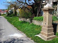 Zničená socha svatého Jana Nepomuckého v Bukovanech.
