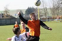 Žarošičtí fotbalisté (v oranžových dresech) si v nejnižší krajské soutěži připsali druhou výhru v řadě. Venkovní triumf v Podivíně stvrdili doma proti Mikulovu.