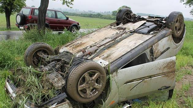 Šestadvacetiletý muž nepřizpůsobil rychlost jízdy stavu silnice. Skončil v poli.
