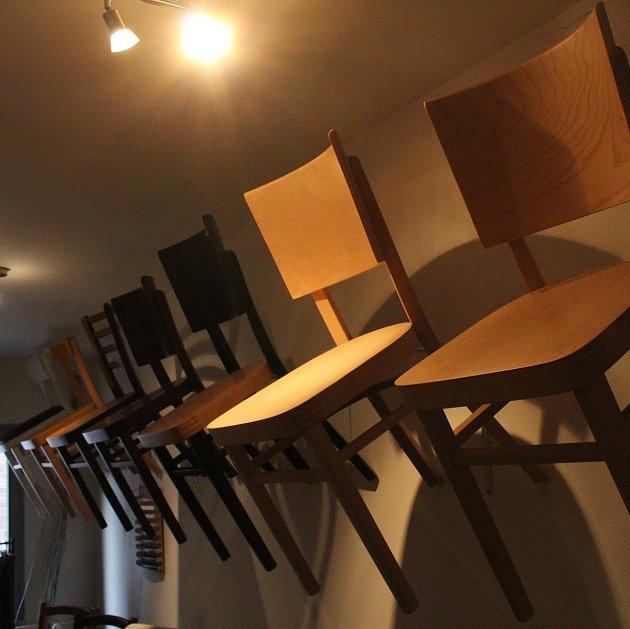 Vladimír Bednařík vyrábí ohýbané židle.