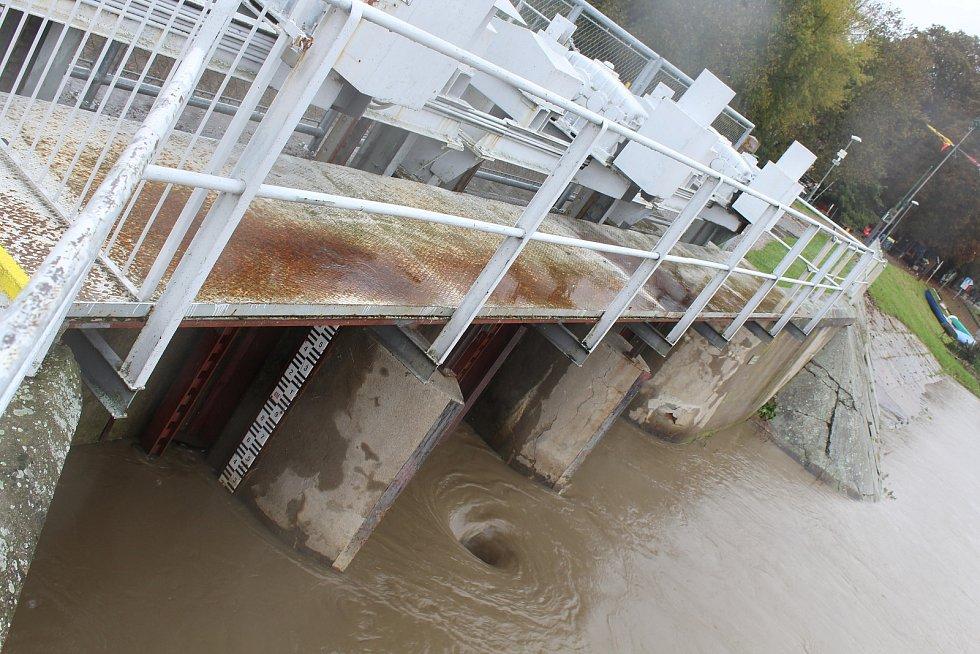 Třetí stupeň povodňové aktivity na řece Moravě u hodonínského přístaviště před středečním polednem.
