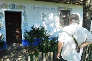 Slavný, ornamenty pomalovaný domek, se nyní krčí pod rozložitými korunami borovic téměř uprostřed Zarazic. Osada je už dlouhá léta součástí Veselí nad Moravou, ale její název rezonuje v textu milostné písničky dodnes.
