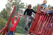 Děti navštěvující mateřskou školu v Miloticích mají nové hřiště. Je v přírodním stylu.