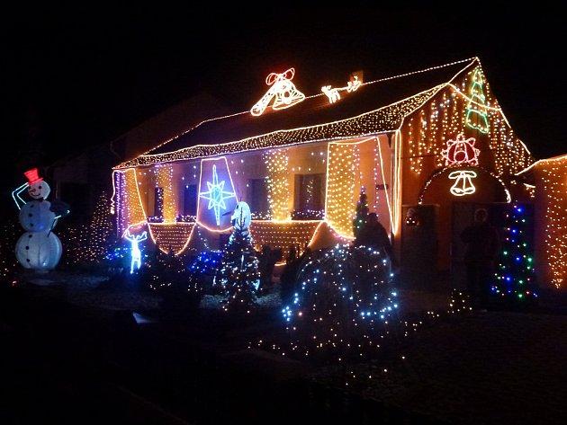 Světelnou výzdobu je možné spatřit v obcích na Hodonínsku. Výjimkou nejsou ani svítící sobi se sáněmi.