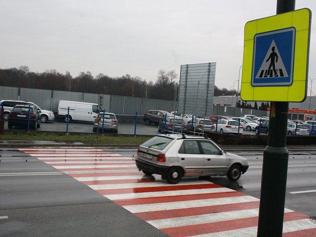 Přechod pro chodce na čtyřproudové silnici v Brněnské ulici v Hodoníně.
