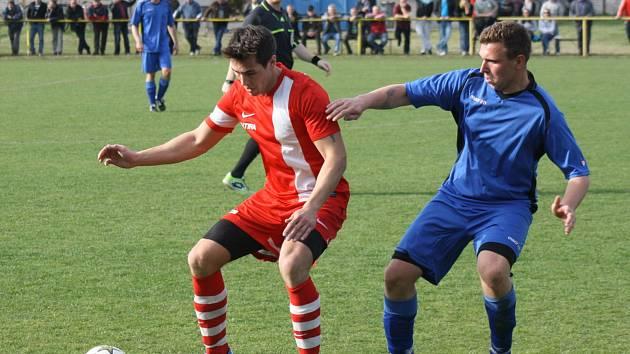Milotický útočník Tomáš Kasan (v červeném dresu) na podzim plní spíše roli žolíka.