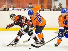 Hodonínští hokejisté (v oražnových dresech) sobotní jihomoravské derby nezvládli, v Brně na Technice po přestřelce prohráli 5:7.