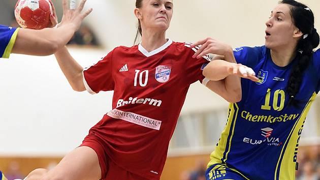 Házenkářky Veselí nad Moravou v 10. kole interligy podlehly favorizovaným Michalovcům. Mezi nejlepší domácí hráčky patřila mladá spojka Dagmar Lukšíková (v červeném dresu).