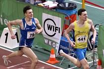 Hodonínský běžec Martin Rebenda (na snímku v modrém) se na mítinku v rakouské Vídni v závodě na osm set metrů poprvé dostal pod hranici dvou minut.