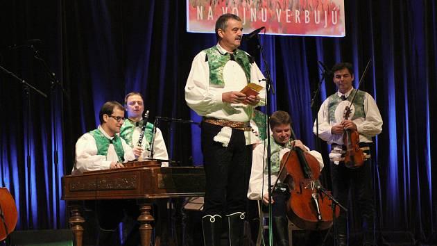 Cimbálová muzika Pavla Múčky ze Strážnice oslavila třicet let na folklorní scéně a uvedla nové album Ve Strážnici na vojnu verbujú.