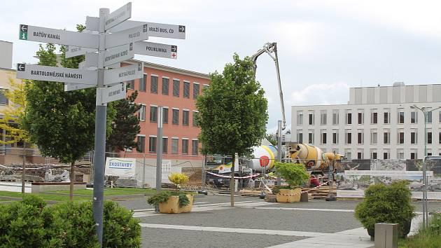 Stavba druhé etapy náměstí Míru ve Veselí nad Moravou koncem května.